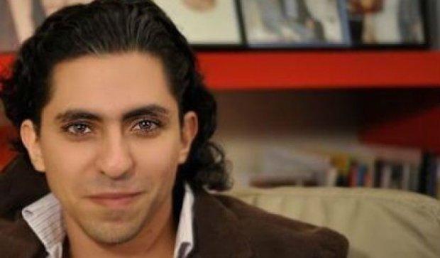 """Саудовский блоггер, осужденный за """"оскорбление ислама"""", получил награду"""