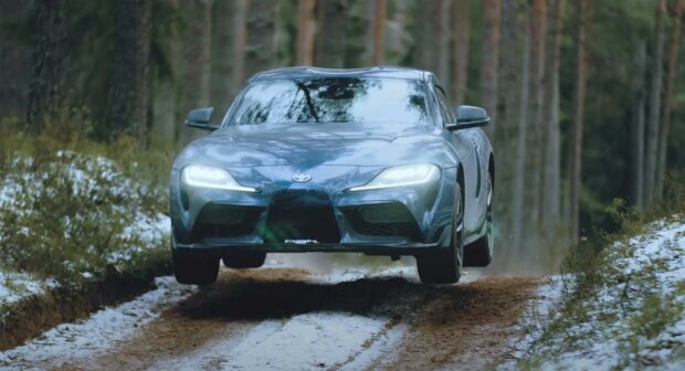 2020 Toyota Supra в лесу, скриншот