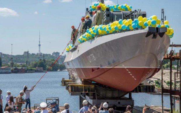Киевляне стали свидетелями спуска на воду военного катера