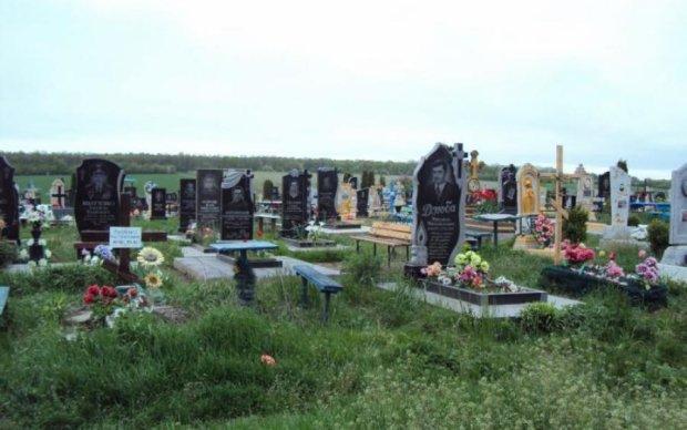 Залиште вдома! Українцям заборонили приносити ці речі на цвинтар