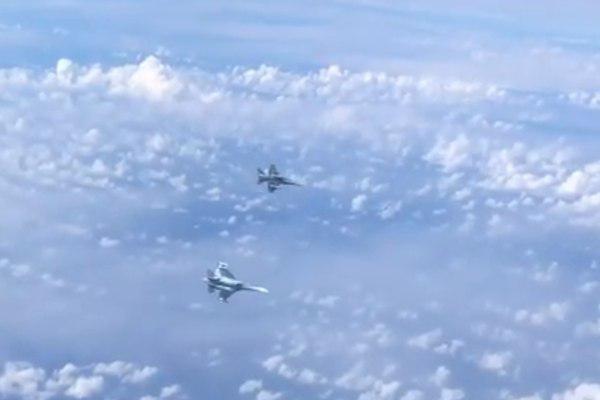 """Самолет главы Минобороны """"атаковал"""" истребитель НАТО: международная стычка попала на видео"""
