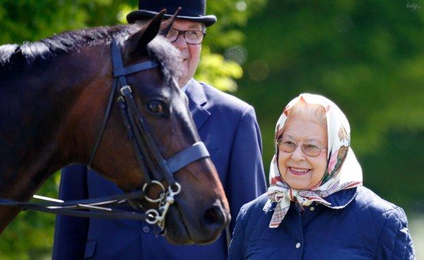 Королева Елизавета II в нежном наряде встретила неожиданного гостя: фото