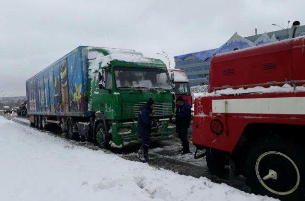 """Стихия взяла в """"снежный плен"""" более 200 машин: движение полностью парализовано, работают БТРы"""