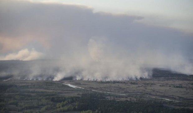 Більше сотні осіб гасять пожежу під Чорнобилем