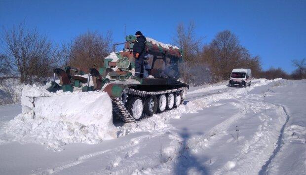 Рятувальники розчистили дорогу для швидкої допомоги: Facebook ДСНС Івано-Франківської області