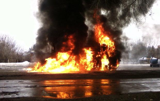 Военные сожгли тонны гуманитарной помощи прямо на мосту, в ход пошел слезоточивый газ: официально конец