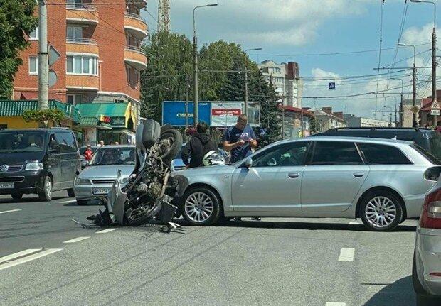 Тернопіль здригнувся від кривавої аварії –  легковик зім'яв мотоцикл