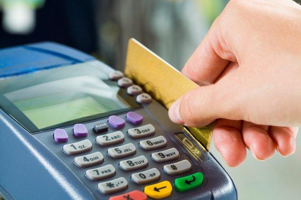 Ліміт на готівку та комісії: черговий український банк на межі падіння, клієнтів намагаються заспокоїти