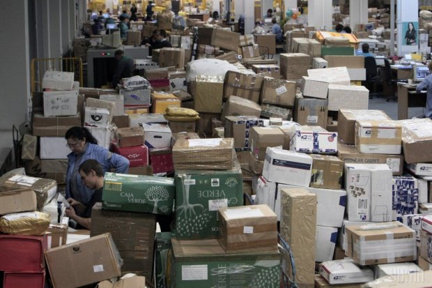 Украинцы переплатят за международные посылки: вступил в силу скандальный налог