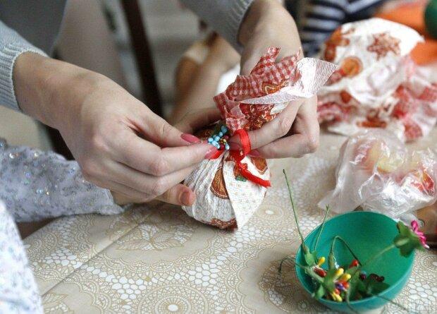 Помстилася Діду Морозу: дівчина порізала собі вени через подарунок під ялинкою