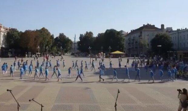 Маленькие тернополяне поставили рекорд во время карантина – самый массовый танец