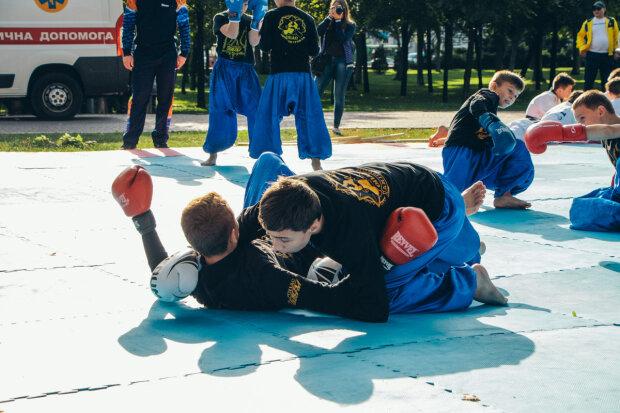 """У Дніпрі діти """"поклали на лопатки"""" олімпійців: урок фізкультури запам'ятається надовго"""