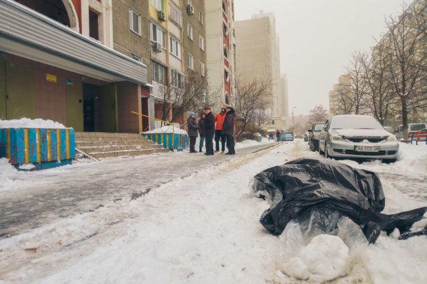 У Києві хлопець викинувся з 24 поверху на очах батьків: фото трагедії потрапили в мережу, 18+