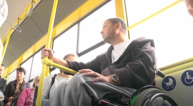 Пасажири в тролейбусі, скріншот: YouTube