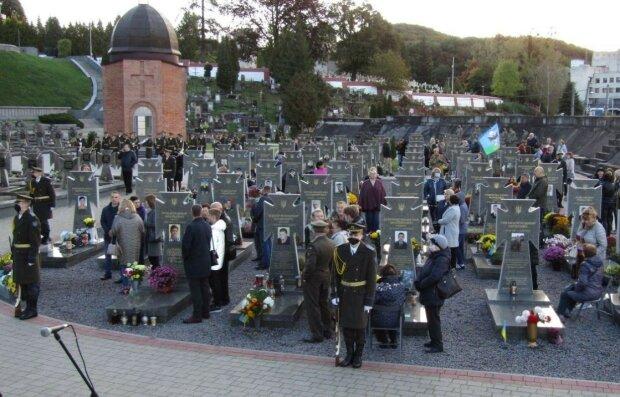 """Во Львове со слезами почтили память погибших героев Украины: """"Спасибо, защитники!"""""""