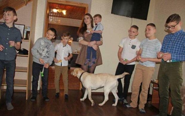13 дітей на руках: коп вразила справжньою силою української жінки