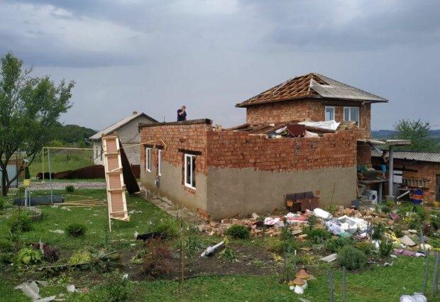 На Буковине ураган стер четыре села из лица земли - люди рыдают над затопленными огородами и сорванными крышами