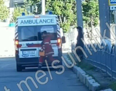 В Харькове заведующую скорой катают, как тяжело больного пациента - лупит по встречке с сиреной и мигалками