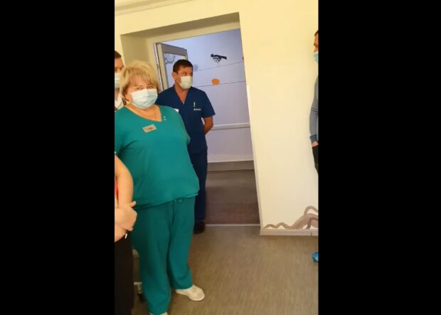 """В Хмельницком скорая привезла больного ребенка, медики воротят нос: """"Ищите другую больницу"""""""
