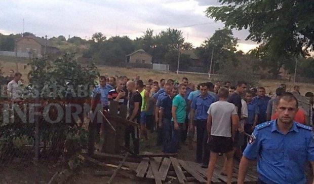Убивство дитини на Одещині: розгнівані мешканці розтрощили домівки циган (ВІДЕО)