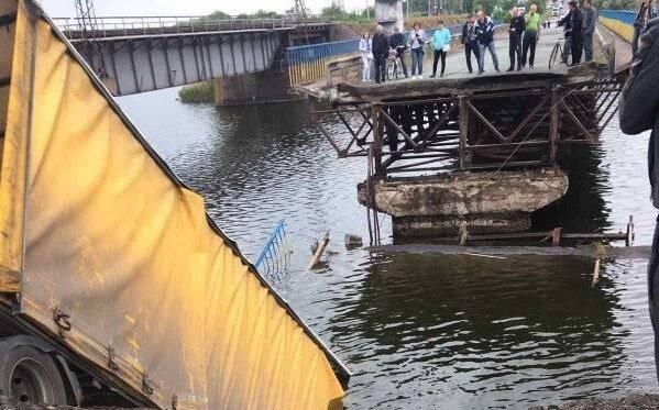 Под Днепром мост рухнул в реку вместе с фурой - спасатели летят со всего города, дикая паника
