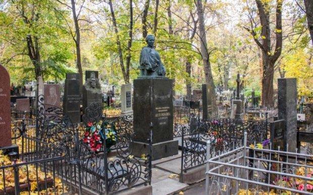 У день народження: вандали осквернили могилу легендарної поетеси