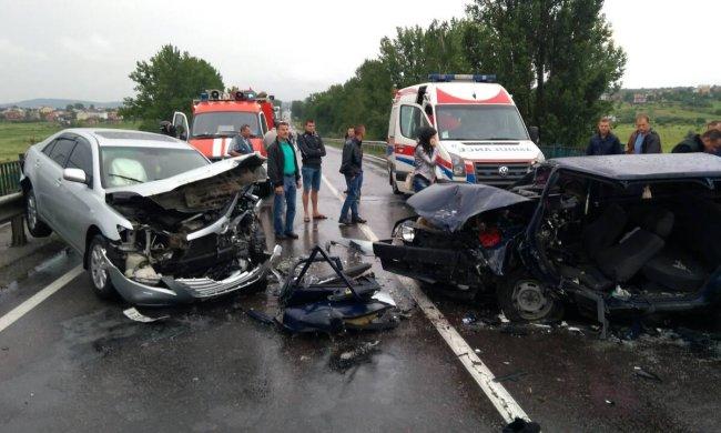 Кривава ДТП на Львівщині: мажор на BMW влетів у водія вантажівки, нещасного збирають по частинах