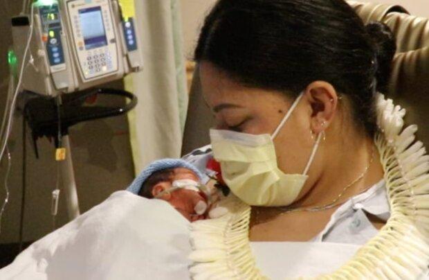 Женщина родила ребенка в самолете, edition.cnn.com