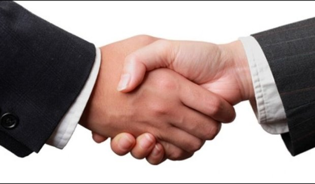 О каких проблемах сигнализирует слабое рукопожатие