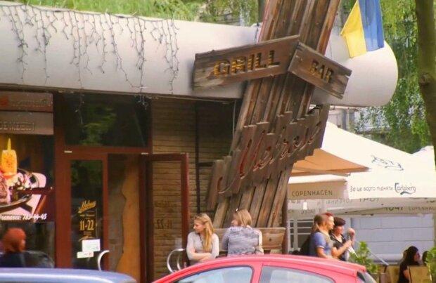 У Кривому Розі незрячий діабетик ледь не впав у кому в популярному ресторані - ніхто не допоміг