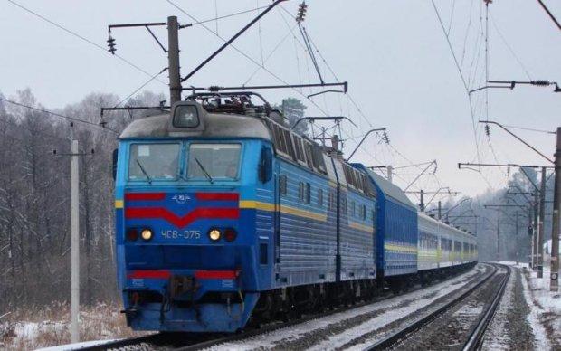 """Холод в вагонах: Укрзализныця посоветовала звонить в """"рельсу"""""""