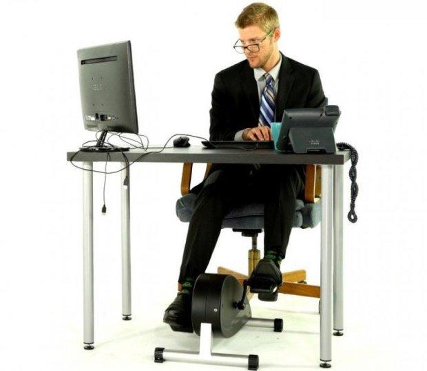 Портативный велотренажер позволит тренироваться в офисе