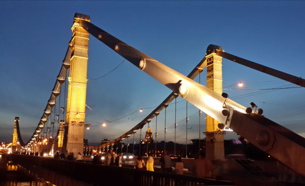 Підліток викарабкався на арку Кримського моста: висота п'ятиповерхового будинку, очевидці публікують відео