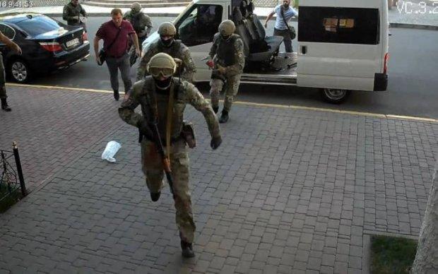 Копи провели масштабні обшуки київських чиновників. Що відомо