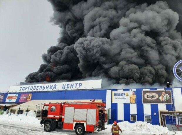 """В """"Епіцентрі"""" спалахнула масштабна пожежа: все приміщення у вогні, рятувальники в пошуку постраждалих"""