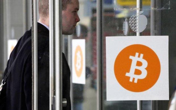 Біткоіни проти готівки: перспективи та ризики інвестицій