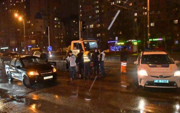 Моторошна ДТП в Києві: з розірваного навпіл авто зник водій