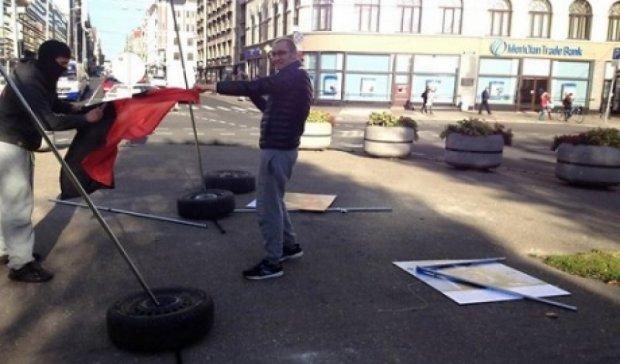 """В Риге задержали вандала, который разрушил экспозицию """"Люди Майдана"""""""
