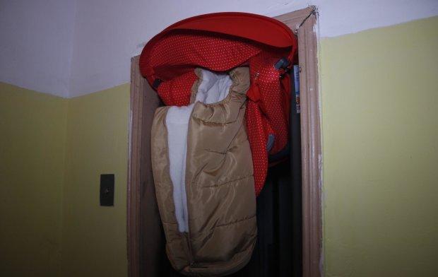 У Києві ліфт-убивця зажував коляску з немовлям