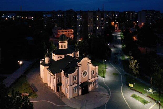Во Львове подсветили два храма, будто Бог улыбается - волшебные кадры с высоты