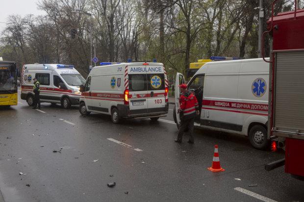 """В ДТП под Киевом разбилась маршрутка: """"скорые"""" развозят пострадавших, подробности"""