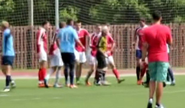 Футбол в России: судья защищался от игроков шокером (видео)