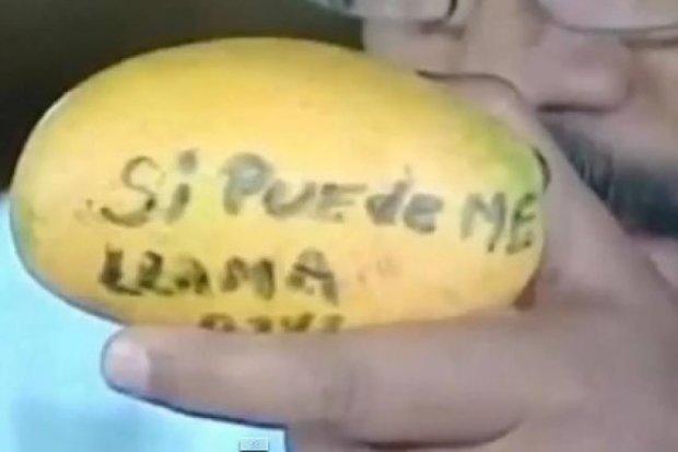 Президент Венесуели подарував будинок жінці, яка кинула в нього манго