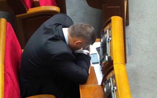 На роботу, як на свято: десятки депутатів ледарюють на засіданнях
