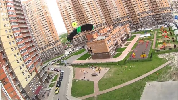 Смельчак прыгнул с 33 этажа, парашют не помог: видео для тех, кто раньше ничего не боялся