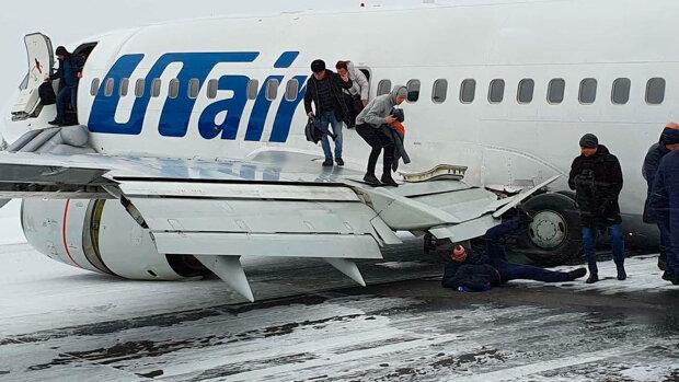 """В аэропорту людей собирали по """"взлетке"""" из-за жесткого приземления самолета, первые подробности"""