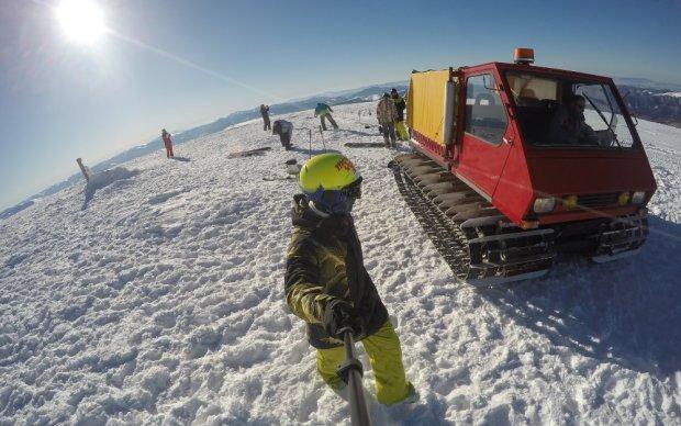 Популярный курорт в Карпатах засыпало снегом: теперь ожидают лавины