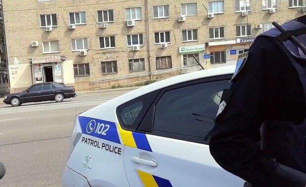 Под Днепром коп погиб под колесами грузовика – на глазах у жены и детей