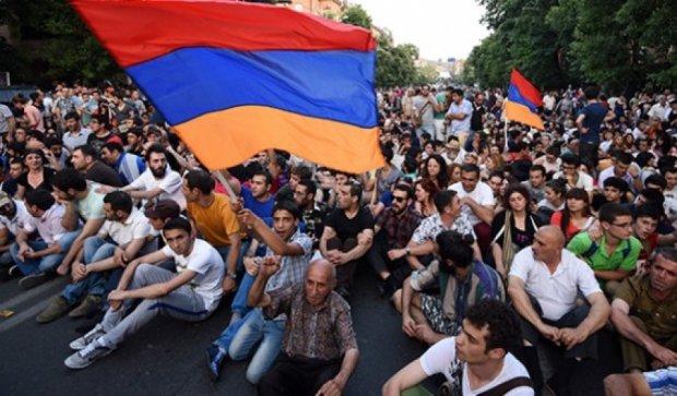 Поліцейські оточили протестуючих  у Єревані