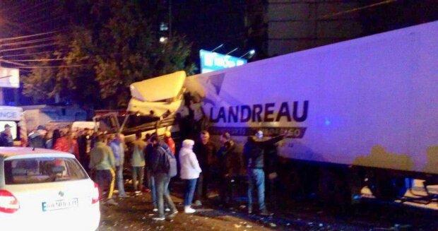 В Киеве фура снесла остановку: всему виной пешеход, фото с места аварии
